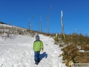 dzieci na szlaku zimą